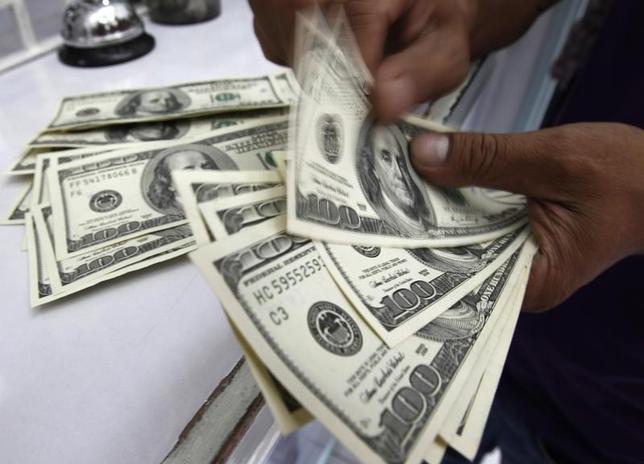 3月8日、正午のドル/円は、ニューヨーク市場午後5時時点に比べ小幅にドル安/円高の113.79/81円。写真はマニラで2011年8月撮影(2017年 ロイター/Romeo Ranoco)