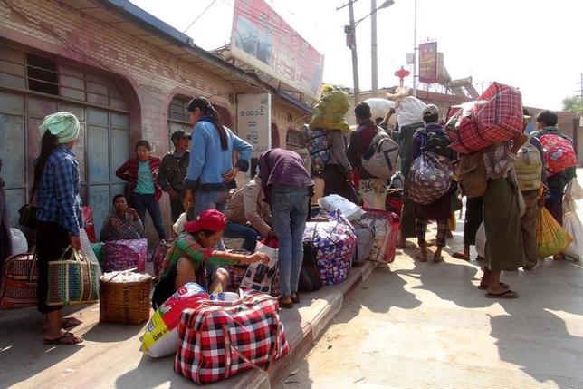 3月8日、ミャンマー北東部シャン州コーカン地区ラウカイで6日、中国系少数民族の武装勢力による襲撃があり、約30人が死亡した。写真は避難の準備をする人々、ラウカイで6日撮影(2017年 ロイター)