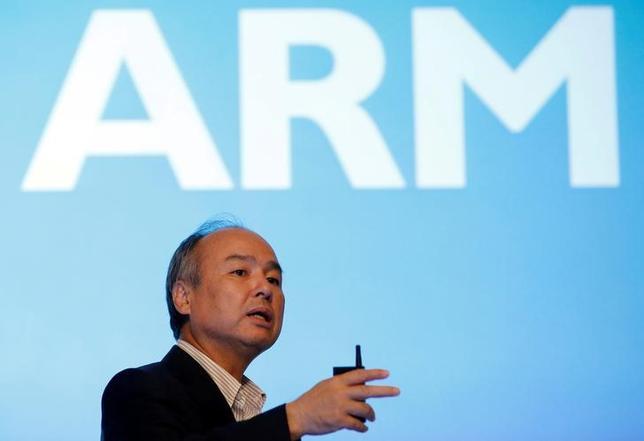 3月8日、ソフトバンクグループが英半導体設計ARMホールディングスの一部保有株約80億ドル分をサウジアラビアと共同で立ち上げる「ソフトバンク・ビジョン・ファンド」に移すと、英フィナンシャル・タイムズが報じた。写真はソフトバンクグループの孫代表、昨年7月撮影(2017年 ロイター/Kim Kyung-Hoon)