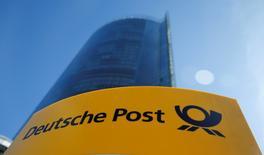 Deutsche Post DHL s'attend à ce que la demande de livraisons de colis liée aux ventes sur internet débouche sur une nouvelle hausse de son bénéfice d'exploitation (Ebit) cette année, quoique légèrement inférieure aux attentes du marché. /Photo d'archives/REUTERS/Wolfgang Rattay