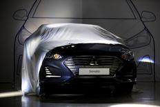 Hyundai Motor a dévoilé mercredi une nouvelle version de sa berline Sonata (photo), le constructeur automobile espérant par là relancer les ventes d'un modèle qui a du mal à se distinguer sur son segment. /Photo prise le 8 mars 2017/REUTERS/Kim Hong-Ji