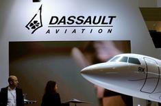 Dassault Aviation n'attend pas de reprise du marché des jets avant 2018, prévoyant une nouvelle baisse de ses livraisons cette année en raison de pressions accrues sur les prix et d'une concurrence exacerbée. /Photo d'archives/REUTERS/Denis Balibouse