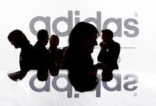 Le nouveau patron d'Adidas  a relevé mercredi les objectifs de chiffre d'affaires et de bénéfice du groupe, faisant grimper l'action de l'équipementier sportif allemand qui veut continuer à investir massivement aux Etats-Unis et augmenter sensiblement ses ventes sur internet. /Photo d'archives/REUTERS/Michaela Rehle