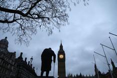 Le gouvernement britannique a revu en hausse sa prévision de croissance pour cette année mais a abaissé celles des trois années suivantes dans le cadre du premier budget élaboré après la décision de la Grande-Bretagne de quitter l'Union européenne (UE). /Photo prise le 8 mars 2017/REUTERS/Neil Hall