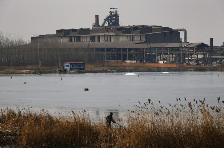 图为2014年2月资料图片,显示中国河北一家废弃的钢铁厂。REUTERS/Petar Kujundzic