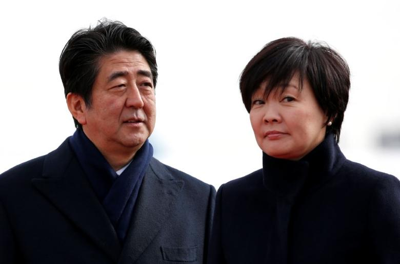 Japan's Prime Minister Shinzo Abe and his wife Akie are pictured at Tokyo's Haneda Airport, Japan January 26, 2016.  REUTERS/Toru Hanai