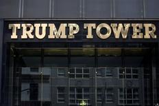 Логотип Trump Tower в Нью-Йорке. Китай предварительно одобрил 38 торговых марок, связанных с Дональдом Трампом, свидетельствуют документы Управления по товарным знакам КНР, защитив право президента США и его семьи на развитие бренда на рынке.   REUTERS/Carlo Allegri/File Photo