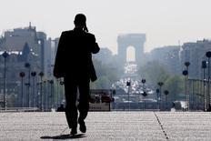 La Banque de France a revu en hausse sa prévision de croissance de l'économie française au premier trimestre 2017 à 0,4%, en hausse de 0,1 point, dans sa deuxième estimation fondée sur son enquête mensuelle de conjoncture pour février publiée jeudi. L'enquête de la Banque de France pour le mois de février met en évidence hausse de deux points de l'indicateur du climat des affaires dans l'industrie, à 104 et une progression d'un point de celui du bâtiment, à 101 également. /Photo d'archives/REUTERS/Gonzalo Fuentes