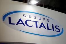 Le groupe laitier français Lactalis a annoncé jeudi avoir relevé de 7,1%, à trois euros par action, son offre publique d'achat (OPA) sur les actions de Parmalat qu'il ne détient pas encore, tenant ainsi compte des récriminations des investisseurs qui avaient jugé le prix initial trop bas. /Photo prise le 17 octobre 2016/REUTERS/Charles Platiau