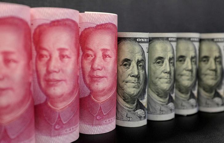 2016年1月21日,百元面值的人民币纸币和美元现钞。REUTERS/Jason Lee