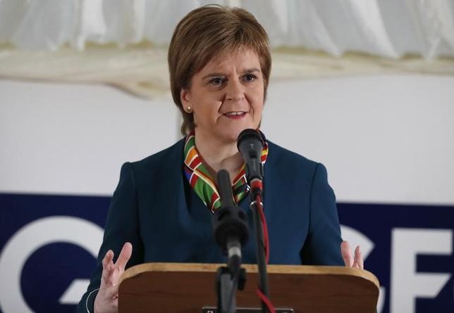 3月9日、スコットランド自治政府のスタージョン首相は、独立の是非を問う2度目の住民投票について、英国の欧州連合(EU)離脱に先立つ2018年秋にも実施する可能性があると述べた。写真はフォート・ウィリアムで昨年12月撮影(2017年 ロイター/Russell Cheyne)