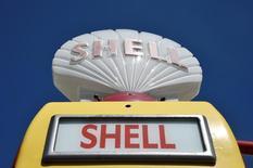 Автозаправочная станция Shell в Великобритании. Британо-нидерландский концерн Shell одобрил продажу большей части активов в проекте разработки битуминозных песков Канады энергетической компании Canadian Natural за $7,25 миллиарда, сообщила компания в четверг.  REUTERS/Toby Melville