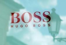 Логотип Hugo Boss. Hugo Boss сообщила, что ожидает стабилизации продаж в 2017 году и начала восстановления прибыльности, в том числе благодаря снижению цен в Китае.  REUTERS/Grigory Dukor/File Photo