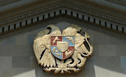 Государственный герб Армении. Армения готова к непопулярным шагам, в том числе к болезненным реформам, сокращению неэффективных расходов и борьбе с коррупцией, для достижения устойчивого экономического роста, начиная с 2018 года, сказал премьер-министр страны Карен Карапетян.   REUTERS/David Mdzinarishvili