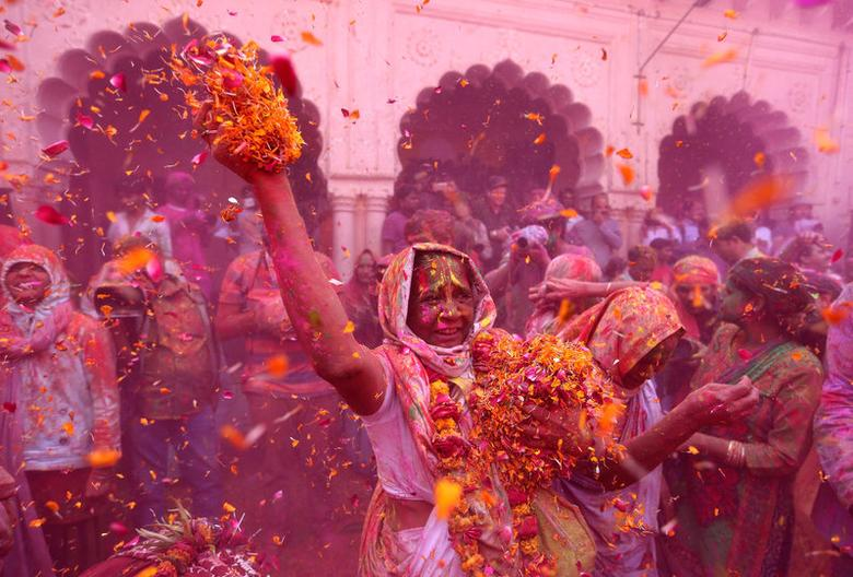 Widows take part in Holi celebrations in the town of Vrindavan in the northern state of Uttar Pradesh, India, March 9, 2017. REUTERS/Cathal McNaughton     TPX IMAGES OF THE DAY