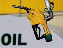 """Заправочный пистолет на заправке в Сеуле 27 июня 2011 года. """"Быки"""" на нефтяном рынке, играющие на повышение цен, в среду, наконец, подняли белый флаг: опасения насчёт того, что уровень запасов сырья останется высоким, несмотря на сокращение добычи, спровоцировали сильнейшее за год снижение нефтяных котировок. REUTERS/Jo Yong-Hak/File Photo"""