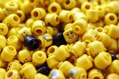 Lego veut séduire les petits Chinois avec ses briques multicolores tout en continuant à développer son offre de robots programmables sur ses principaux marchés. /Photo prise le 17 novembre 2016/REUTERS/Stefan Wermuth