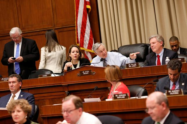 3月9日、米下院の歳入、エネルギー・商業の両委員会は米医療保険制度改革(オバマケア)改廃法案を承認した。審議はエネルギー・商業委員会が27時間、歳入委員会が17時間と長時間に及び、採決では民主党議員が反対票を投じたが、賛成多数で法案は承認された。写真は審議の模様(2017年 ロイター/Aaron P. Bernstein)