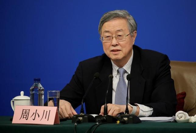 3月10日、中国人民銀行(中央銀行)の周小川総裁は、金融政策を中立にすることで、同国の供給サイドの改革が促されると述べた。写真は全国人民代表大会(全人代)に合わせて会見する同総裁。北京で撮影(2017年 ロイター/Jason Lee)