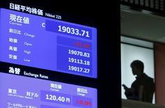 La Bourse de Tokyo a fini en nette hausse vendredi. L'indice Nikkei a gagné 1,48% à 19.604,61 points. /Photo d'archives/REUTERS/Yuya Shino