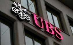 UBS, à suivre sur les Bourses européennes. La banque suisse a revu en baisse de 102 millions de francs suisses (95,07 millions d'euros) son bénéfice pour 2016 pour intégrer le réglement d'un litige avec la National Credit Union Association sur la vente de titres adossés à des créances hypothécaires résidentielles (MBS). /Photo prise le 27 janvier 2017/REUTERS/Arnd Wiegmann