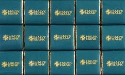 Шоколад с логотипом Халык-банка в Алма-Ате 7 марта 2017 года. Чистая прибыль крупного казахстанского Халык-банка выросла в 2016 году на 9,2 процента до 131,4 миллиарда тенге, сообщил Халык в пятницу. REUTERS/Shamil Zhumatov