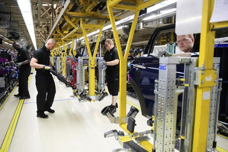2016年6月20日,英国牛津附近的Cowley,Mini系列车型组装厂的生产线。REUTERS/Leon Neal/Pool