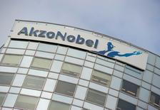 Henderson Global Investors, actionnaire d'Akzo Nobel, a demandé vendredi aux dirigeants du groupe chimique néerlandais d'engager des discussions avec son concurrent américain PPG Industries dont il a repoussé une offre de rachat la veille. /Photo d'archives/REUTERS/Robin van Lonkhuijsen