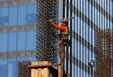 Trabalhador da construção civil em obra de edifício em Los Angeles. 06/03/2017 REUTERS/Mike Blake
