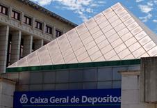 La Commission européenne a annoncé vendredi avoir donné son feu vert à la recapitalisation de 3,9 milliards d'euros de la banque publique Caixa Geral de Depositos (CGD), principal établissement du pays, dans la mesure où elle a été réalisée aux conditions du marché et n'a donc pas impliqué de nouvelle aide de l'Etat. /Photo d'archives/REUTERS/Jose Manuel Ribeiro