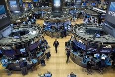 Wall Street a fini la semaine que sur une petite hausse, en dépit du soutien apporté par une solide statistique de l'emploi qui prépare le terrain à une première hausse des taux américains cette année. L'indice Dow Jones a gagné 44,79 points (0,21%) à 20.902,98 points. /Photo d'archives/REUTERS/Brendan McDermid