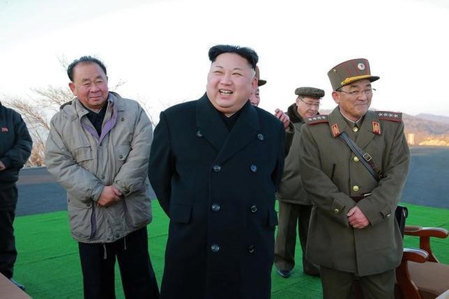 3月8日、北朝鮮の指導者、金正恩朝鮮労働党委員長(中央)は、異母兄の正男氏暗殺容疑や一連のミサイル発射実験を活発化することで、米国のみならず、主要同盟国である中国の忍耐を試しているように見える。7日KCNA提供(2017年 ロイター)
