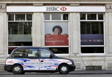 HSBC Holdings pourrait désigner Mark Tucker, l'actuel directeur général de l'assureur AIA Group, à la présidence de son conseil d'administration, ont dit dimanche des sources au fait du dossier. /Photo d'archives/REUTERS/Suzanne Plunkett