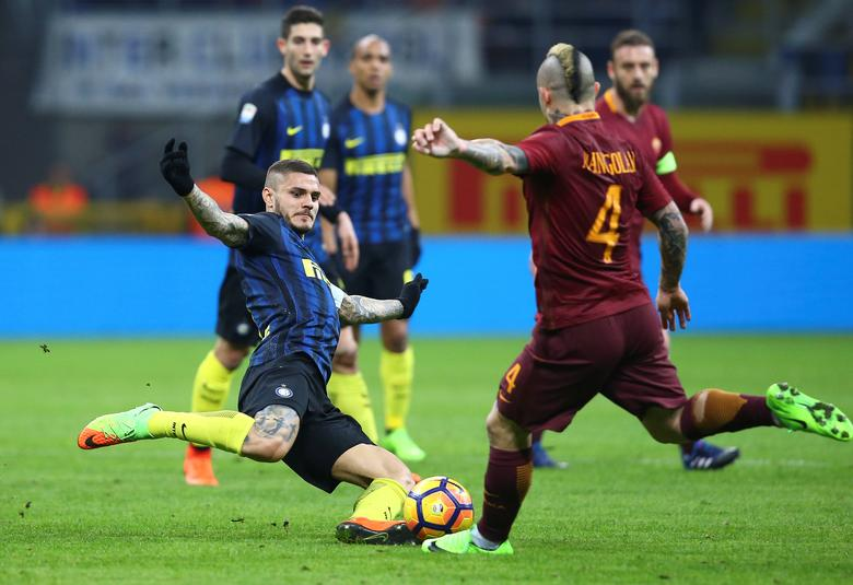 Inter Milan v AS Roma - Italian Serie A - San Siro stadium, Milan, Italy - 26/02/17 - AS Roma's Radja Nainggolan in action against Inter Milan's Mauro Icardi.  REUTERS/Stefano Rellandini