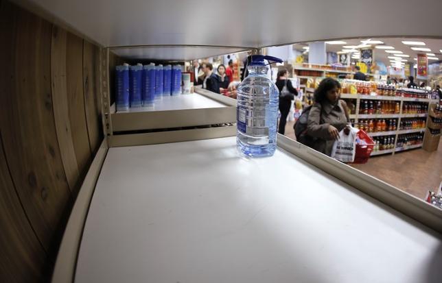 3月9日、米国人が昨年最も多く飲んだボトル飲料は、炭酸飲料ではなくミネラルウォーターだったことが明らかになった。写真は2012年10月撮影(2017年 ロイター/Carlo Allegri)