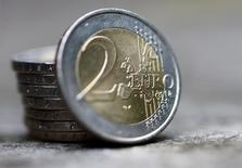 Монеты 2 евро. 13 октября 2016 года. Евро достиг месячного максимума к доллару на азиатских торгах в понедельник после того, как несколько чиновников Европейского центробанка обсудили возможность повышения процентных ставок до завершения программы скупки активов. REUTERS/Leonhard Foeger