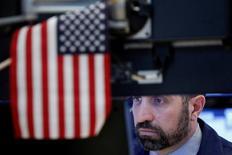 Трейдер на фондовой бирже Нью-Йорка. Банковские акции стали победителями послевыборного ралли Уолл-стрит, поскольку инвесторы ждали, что повышение процентных ставок, ослабление регулирования, снижение налогов и ускорение роста экономики поддержат прибыль кредиторов.  REUTERS/Brendan McDermid