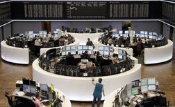 Les Bourses européennes varient peu lundi dans les premiers échanges à l'amorce d'une semaine qui devrait notamment voir la Réserve fédérale américaine annoncer qu'elle relève ses taux d'intérêt pour la première fois de l'année. À Paris, l'indice CAC 40 cède 0,1% (4,96%) à 4.988,36 points vers 08h25 GMT. À Francfort, le Dax prend 0,03% et à Londres, le FTSE gagne 0,1%%. /Photo d'archives/REUTERS/Tobias Schwarz