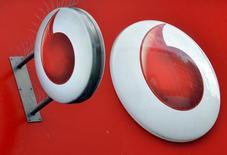 Marca da Vodafone é vista do lado de fora de uma loja de varejo em Londres  12/11/ 2013   REUTERS/Toby Melville