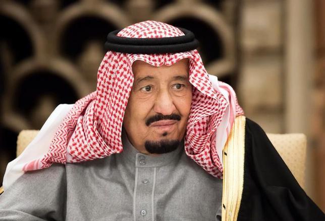 3月14日、46年ぶりに日本を訪れているサウジアラビアのサルマン国王が今日、ソフトバンクグループの孫正義社長と面会することが分かった。関係筋が明らかにした。写真は首相官邸で安倍首相による食事会に出席したサルマン国王。13日撮影(2017年 ロイター/Tomohiro Ohsumi)