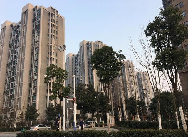 3月14日、中国国家統計局(NBS)が発表した1─2月の不動産販売(床面積ベース)は前年同期比25.1%と急増した。政府が市場の過熱抑制に取り組む中での増加となったが、不動産投資の伸びが縮小する兆しもある。写真は安徽省合肥市の居住用ビル群。2月撮影(2017年 ロイター/Yawen Chen)