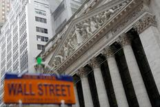 Вид на здание Нью-Йоркской фондовой биржи 21 декабря 2016 года. Акции США завершили торги понедельника практически без изменений, так как трейдеры проявляли осторожность в преддверии заседания Федрезерва, по итогам которого регулятор, как ожидается, повысит процентные ставки. REUTERS/Andrew Kelly