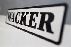 Wacker Chemie a déclaré mardi anticiper pour cette année un résultat brut d'exploitation inchangé par rapport au niveau de 2016, le groupe allemand de chimies de spécialité soulignant que le niveau élevé du coût des matières premières pesait sur ses profits. /Photo d'archives/REUTERS/Michaela Rehle