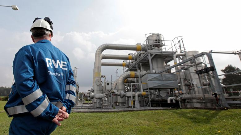 FILE PHOTO: A worker checks pipelines at the RWE gas cavern storage in Haje, Czech Republic, September 9, 2014.  REUTERS/David W Cerny/File Photo