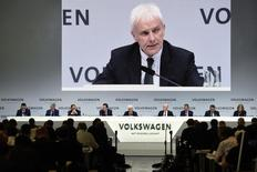 Le président du directoire de Volkswagen Matthias Müller a dit mardi ne pas exclure des discussions en vue d'une fusion avec Sergio Marchionne, l'administrateur délégué de Fiat Chrysler. /Photo prise le 14 mars 2017/REUTERS/Fabian Bimmer