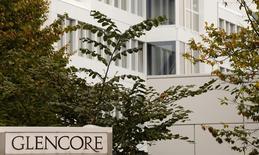 The logo of commodities trader Glencore is pictured in front of the company's headquarters in Baar, Switzerland, September 30, 2015.  REUTERS/Arnd Wiegmann/File Photo
