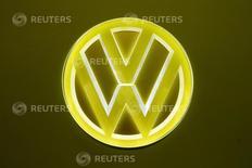 Logotipo iluminado é visto em um carro conceito da  Volkswagen durante o 87° show de motores internacional em Palexpo, Genebra, Suíça   08/03/2017          REUTERS/Arnd Wiegmann