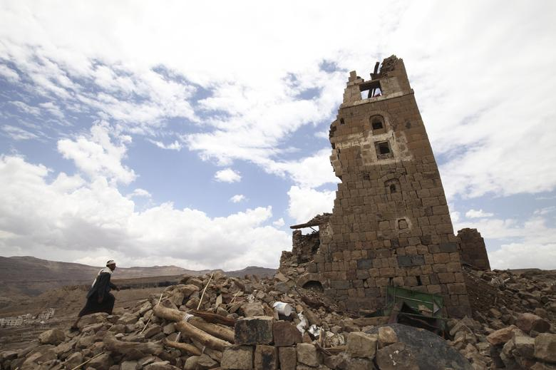 A man walks to a house that was damaged during an airstrike carried out by the Saudi-led coalition in Faj Attan village, Sanaa, Yemen May 7, 2015.  REUTERS/Mohamed al-Sayaghi