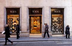 Le groupe de luxe italien Tod's a annoncé mardi anticiper une amélioration de ses résultats cette année, en dépit d'un bénéfice brut en baisse de 10,7% en 2016, affecté par un recul de ses ventes de maroquinerie et d'accessoires. /Photo prise le 10 février 2017/REUTERS/Tony Gentile