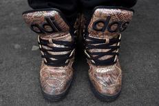Adidas veut augmenter ses ventes en Amérique du Nord de presque 50% d'ici 2020, comptant sur un engouement durable pour ses sneakers dont l'un des modèles, Superstar, a été la chaussure la plus vendue sur le marché américain en 2016. /Photo d'archives/REUTERS/Toby Melville